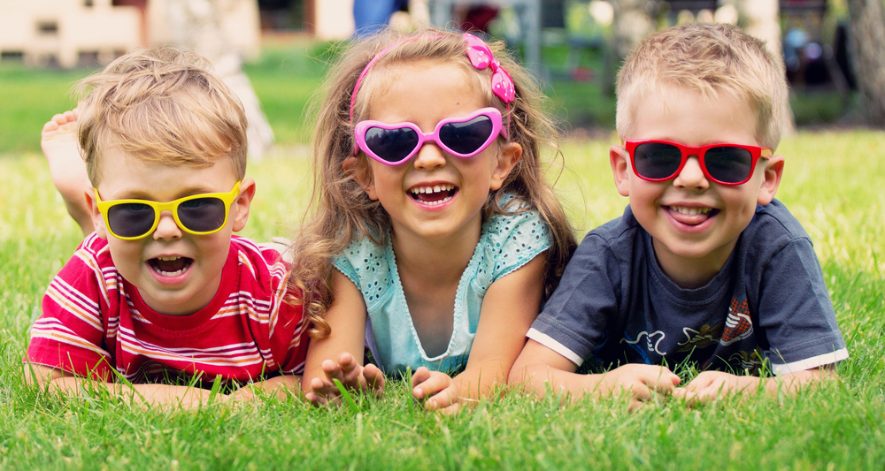 kinderen spelen in de tuin
