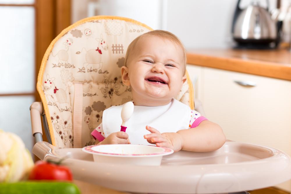 baby aan tafel eten